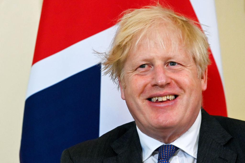 """Boris Johnson voia să o viziteze pe Regina Elisabeta la izbucnirea pandemiei. Ex-consilier: """"Dacă îi dați COVID și moare?"""