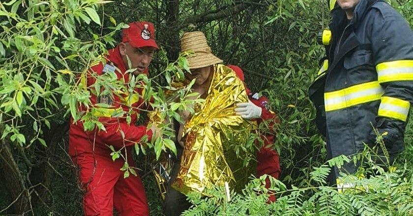 Un bărbat a rămas câteva ore agățat în vegetația unui râu. Câinele a lătrat pentru a-i ajuta pe pompieri să-i găsească