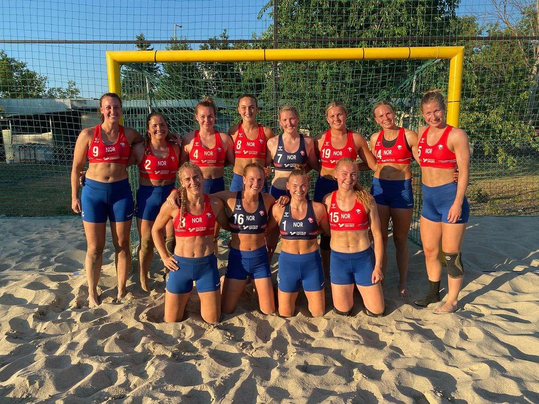 Echipa feminină de handbal pe plajă a Norvegiei, amendată pentru că jucătoarele au purtat pantaloni scurţi în loc de bikini