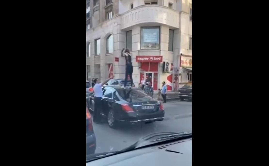 O femeie din Capitală a fost reținută, după ce s-a urcat pe o mașină în trafic VIDEO