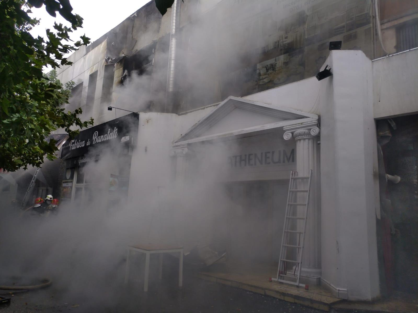 Incendiu la complexul de la Piaţa Delfinului din Bucureşti. 65 de persoane au fost evacuate