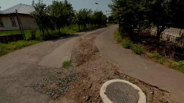 Orașul distrus de lucrările de infrastructură prost făcute: canale descoperite, gropi și oameni disperați