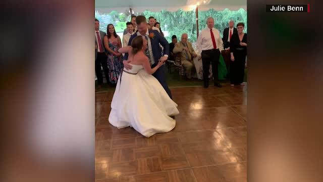 O mireasă a ajuns la spital după dansul mirilor. A urlat de durere în brațele soțului