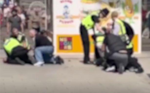 Polițiști tăiați în apropierea unui centru comercial din UK. Trei persoane au fost arestate. VIDEO