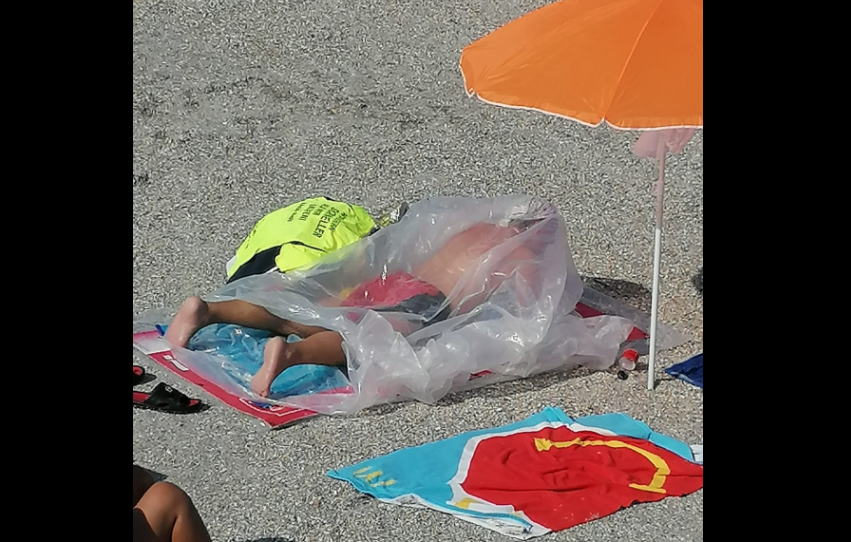 VIDEO. Imagini uimitoare în Eforie Nord. Un bărbat se bronzează într-un sac de plastic