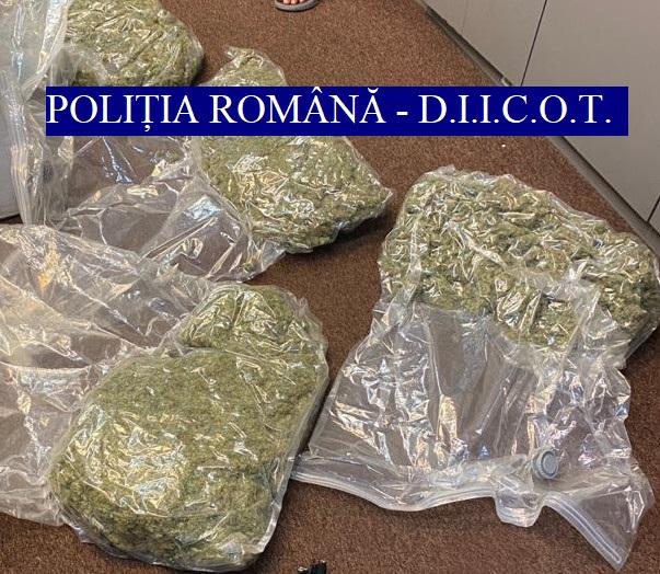 Traficanţi de droguri din București prinşi în flagrant. De unde ridicaseră câteva kilograme de cannabis