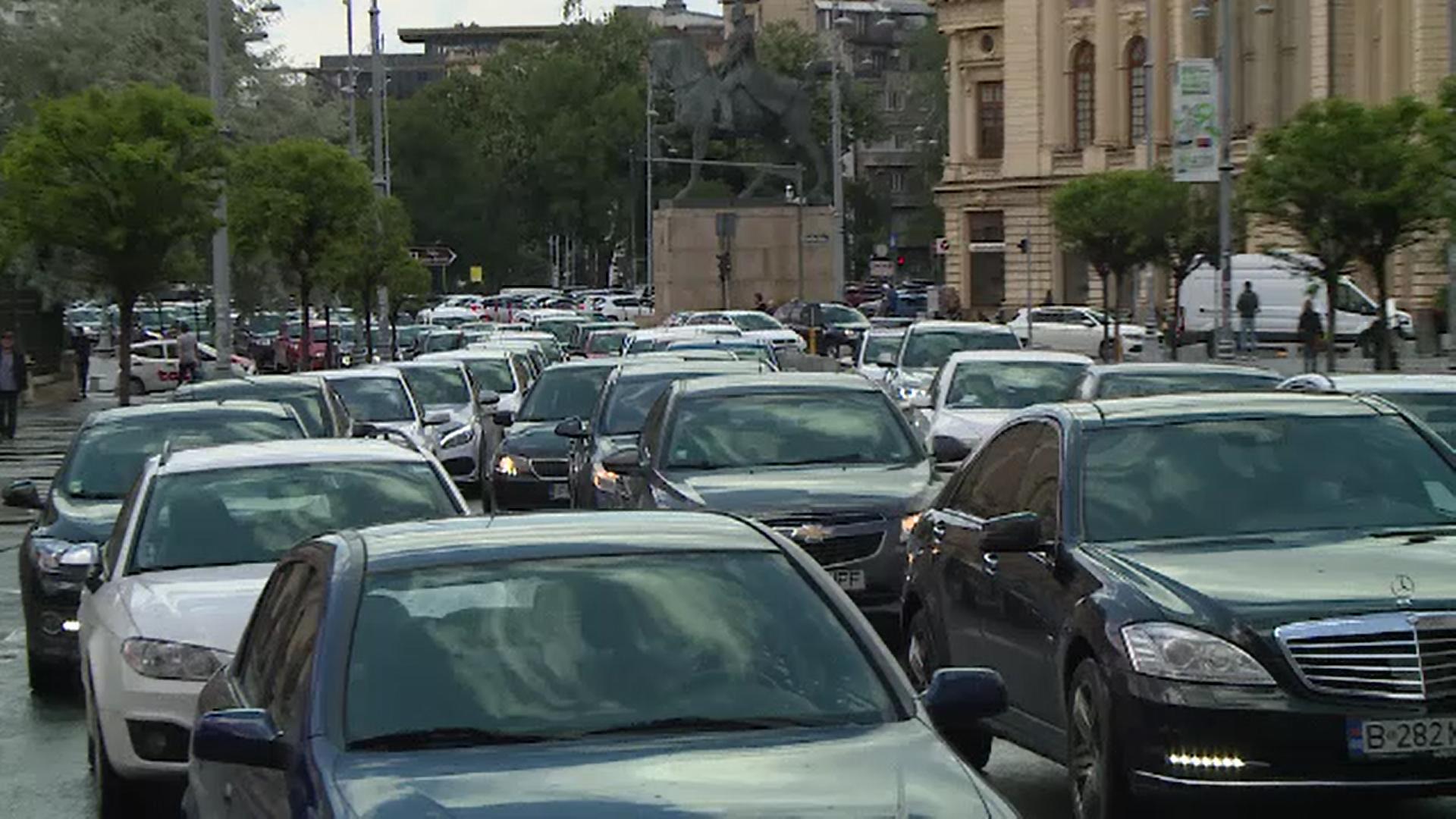 Proprietarii de mașini mai vechi de 15 ani vor plăti un impozit mai mare. Taxa ar putea ajunge și la 900 de lei pe an