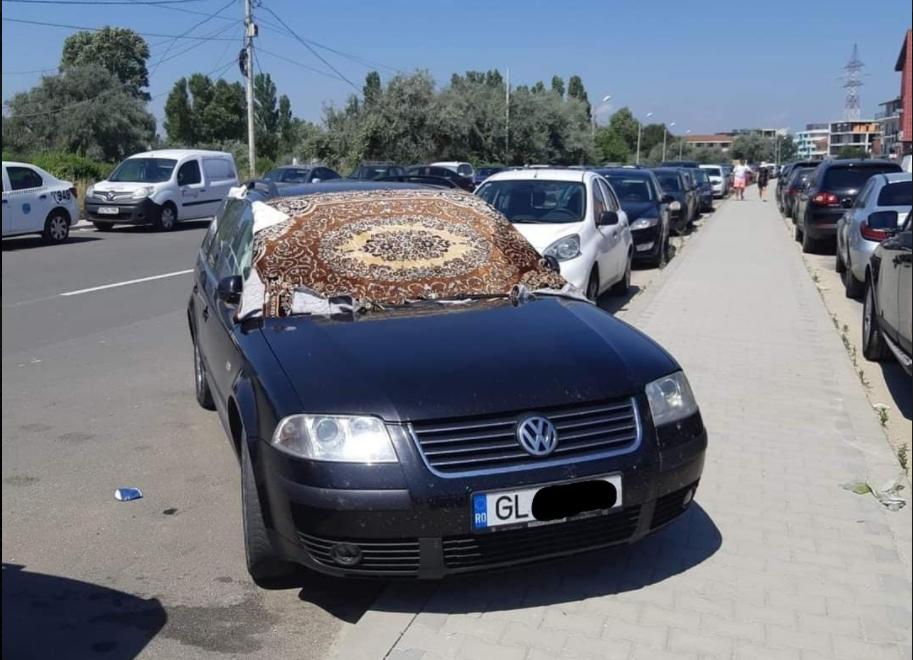 Un turist a venit la Mamaia cu carpeta de acasă în loc de parasolar