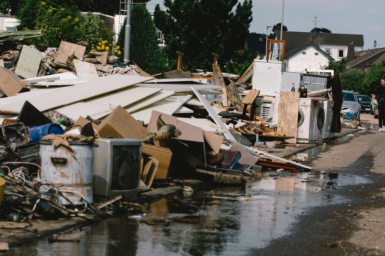 După inundaţii, Germania se luptă să cureţe munţii de gunoaie. GALERIE FOTO