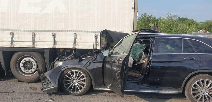 Accident mortal pe A1. O femeie a fost decapitată după ce soțul ei a intrat cu mașina sub o remorcă