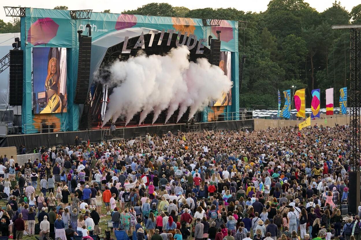 Mii de tineri participă la un festival de muzică în UK, fără restricții. GALERIE FOTO
