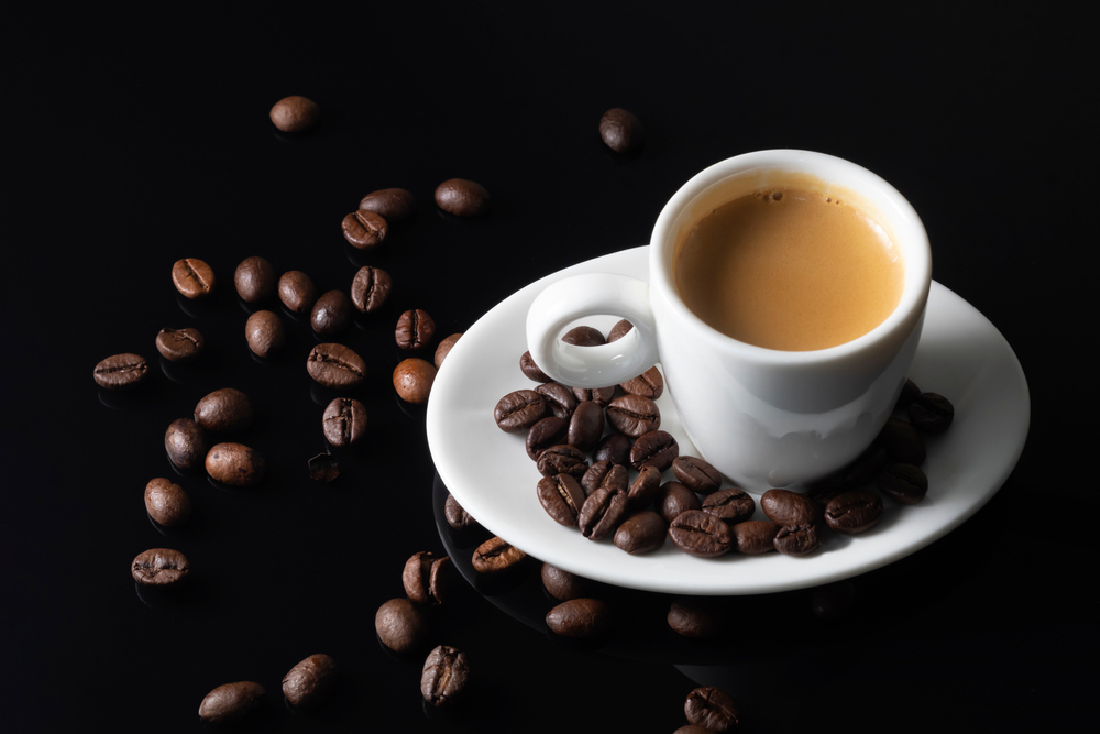 Legăturile între cafea și bolile cerebrale. Ce s-a descoperit la cei care beau mai mult de 6 căni pe zi