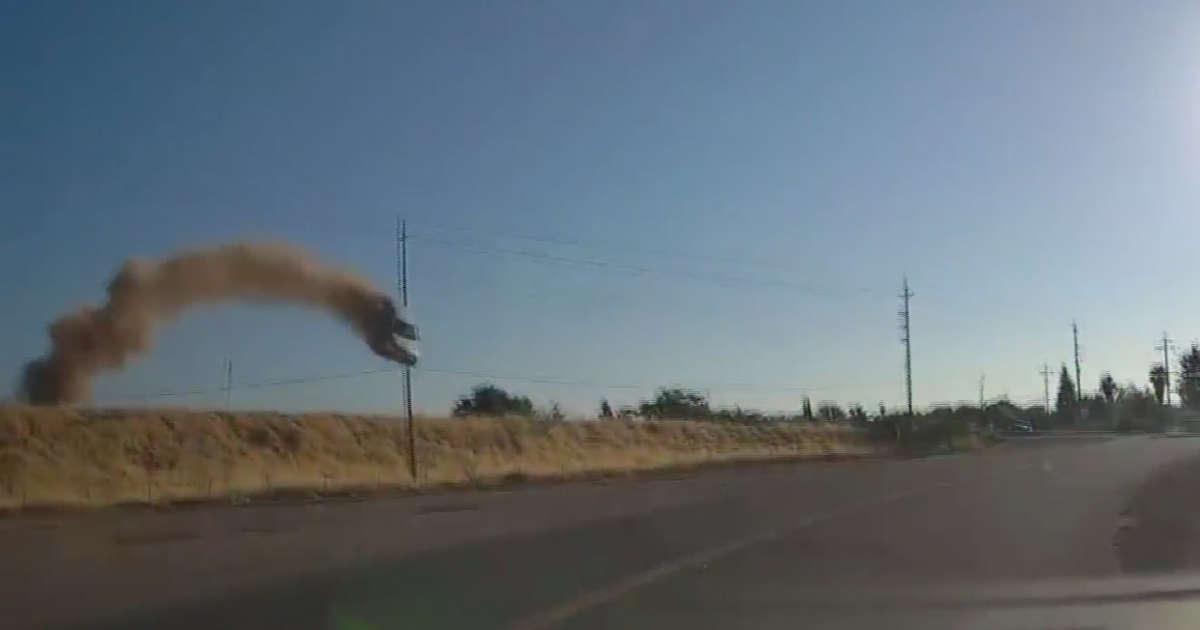 VIDEO. O șoferiță a zburat cu mașina de pe autostradă și s-a prăbușit pe o șosea alăturată