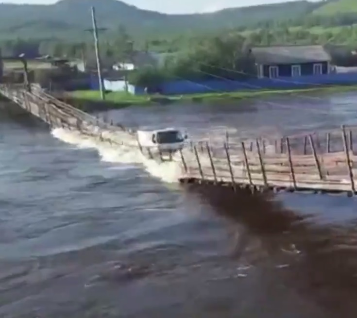 Momentul de groază în care un pod se prăbușește și un camion este luat de apă. VIDEO