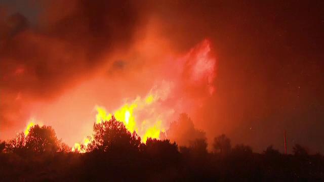 Alerta maximă pe Coasta de Vest a SUA. Mii de persoane au fost evacuate din calea incendiilor de vegetație