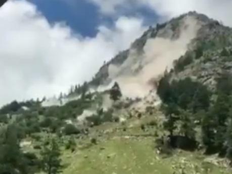 Nouă oameni au murit, după ce mașina în care se aflau a fost lovită de bolovani căzuți de pe munte. VIDEO
