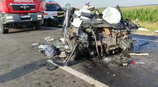 Accident grav în Olt. Trei persoane au murit după ce maşina în care se aflau s-a ciocnit cu un autocamion