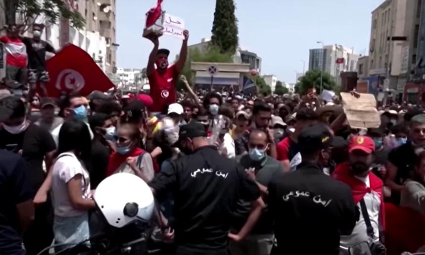 Președintele care l-a demis pe premier şi a ridicat imunitatea tuturor parlamentarilor, după proteste. VIDEO