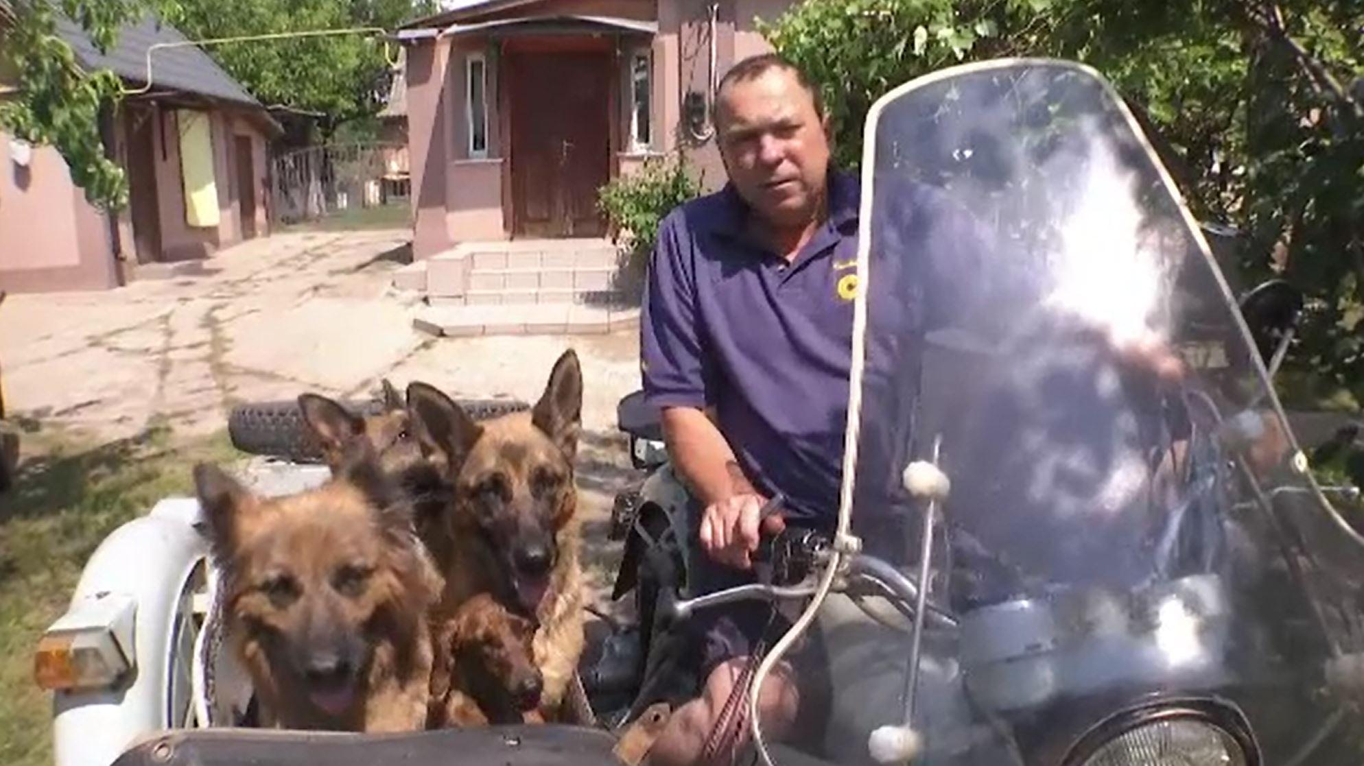 Un ucrainean a devenit celebru în urma unui video postat pe internet. Cum își plimba câinii