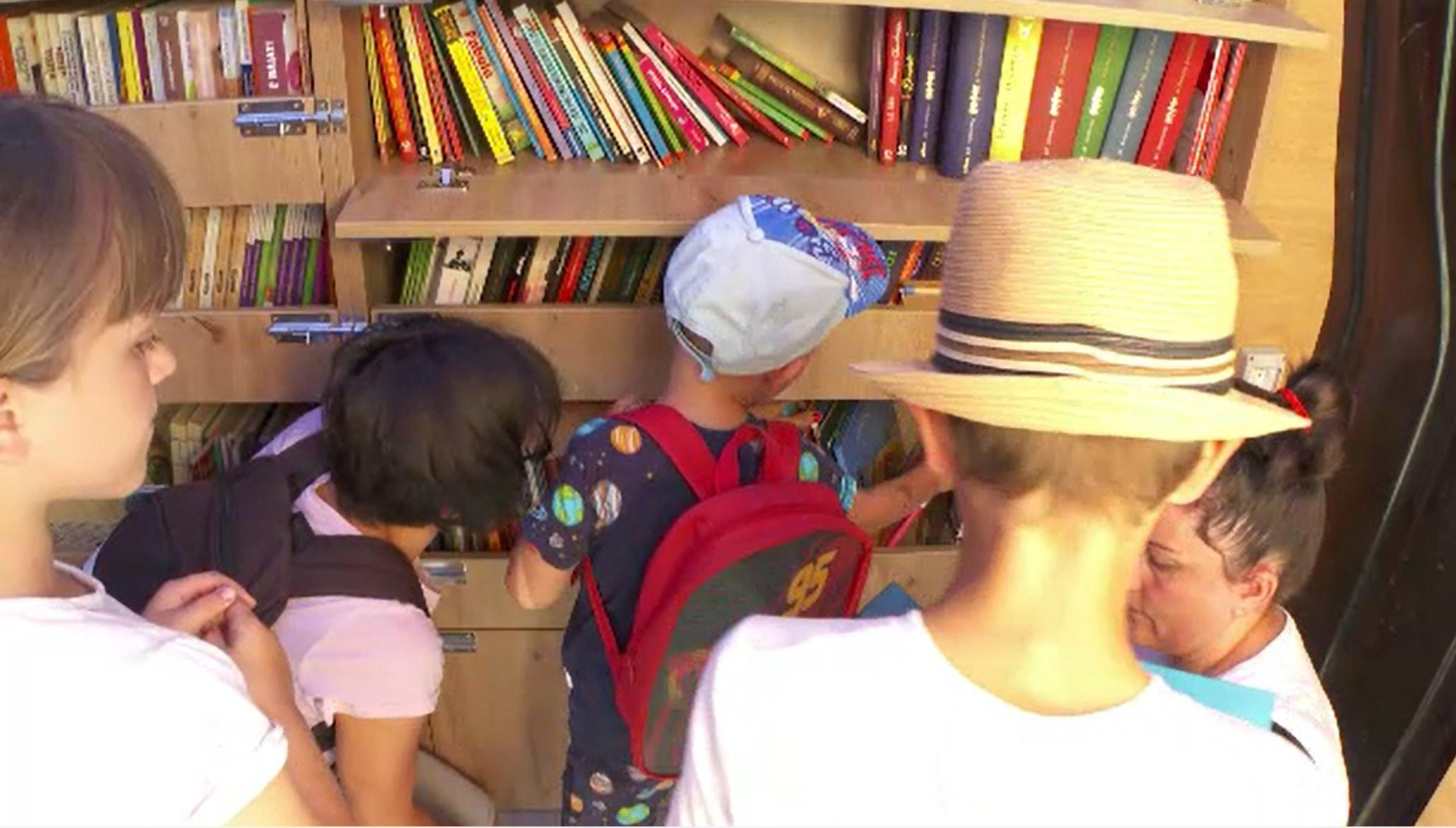 O bibliotecă pe roți, centru de interes pentru copiii din Cluj. Margareta Nistor s-a alăturat proiectului