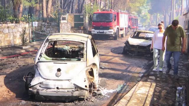 Alertă în Grecia: Incendiu uriaș izbucnit într-o pădure aflată în apropiere de Atena. Focul a distrus deja case și mașini