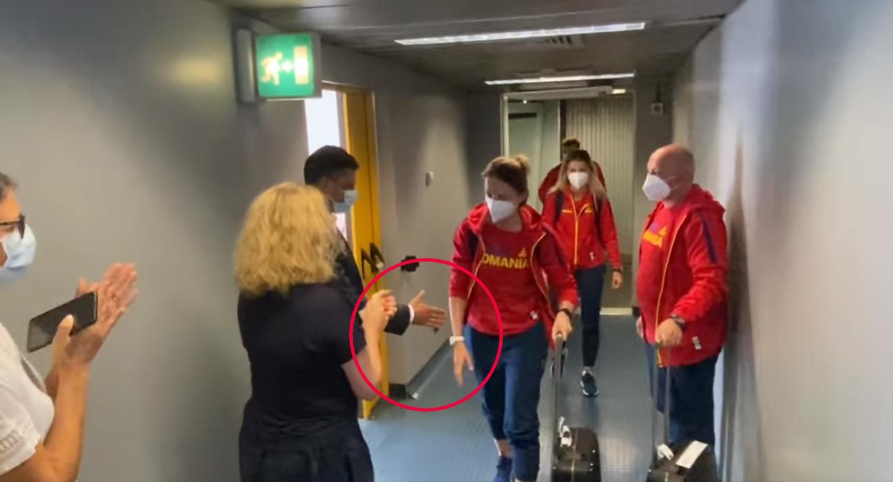 VIDEO. Momentul în care Ana Maria Popescu îl lasă cu mâna întinsă pe ministrul Sportului