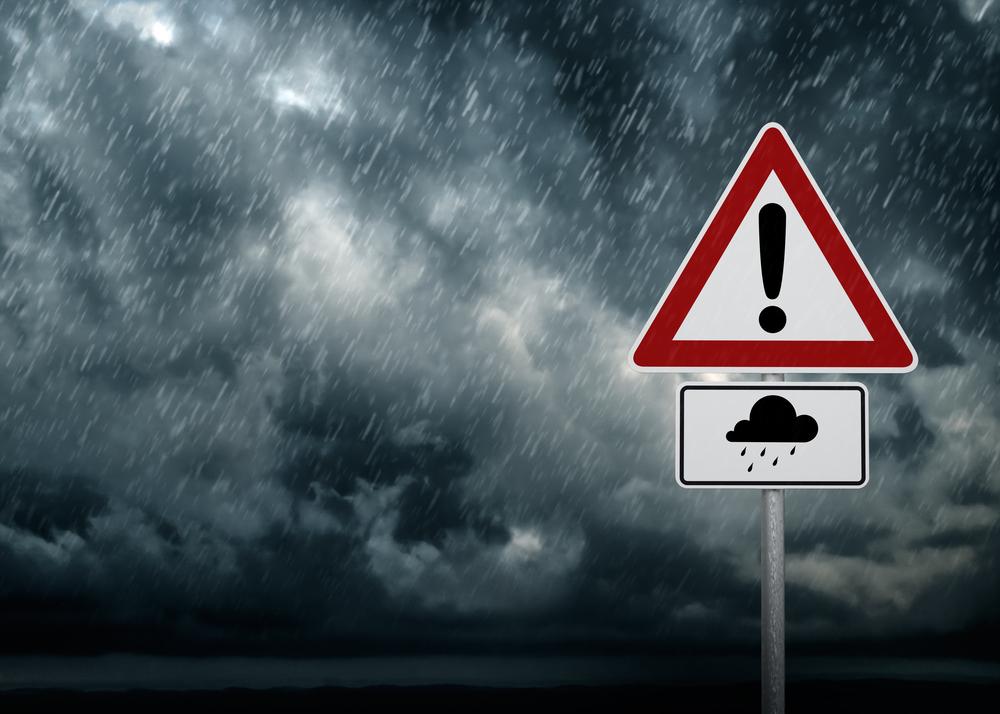 Drumuri blocate şi mii de locuinţe fără electricitate în urma unei furtuni violente în Cehia