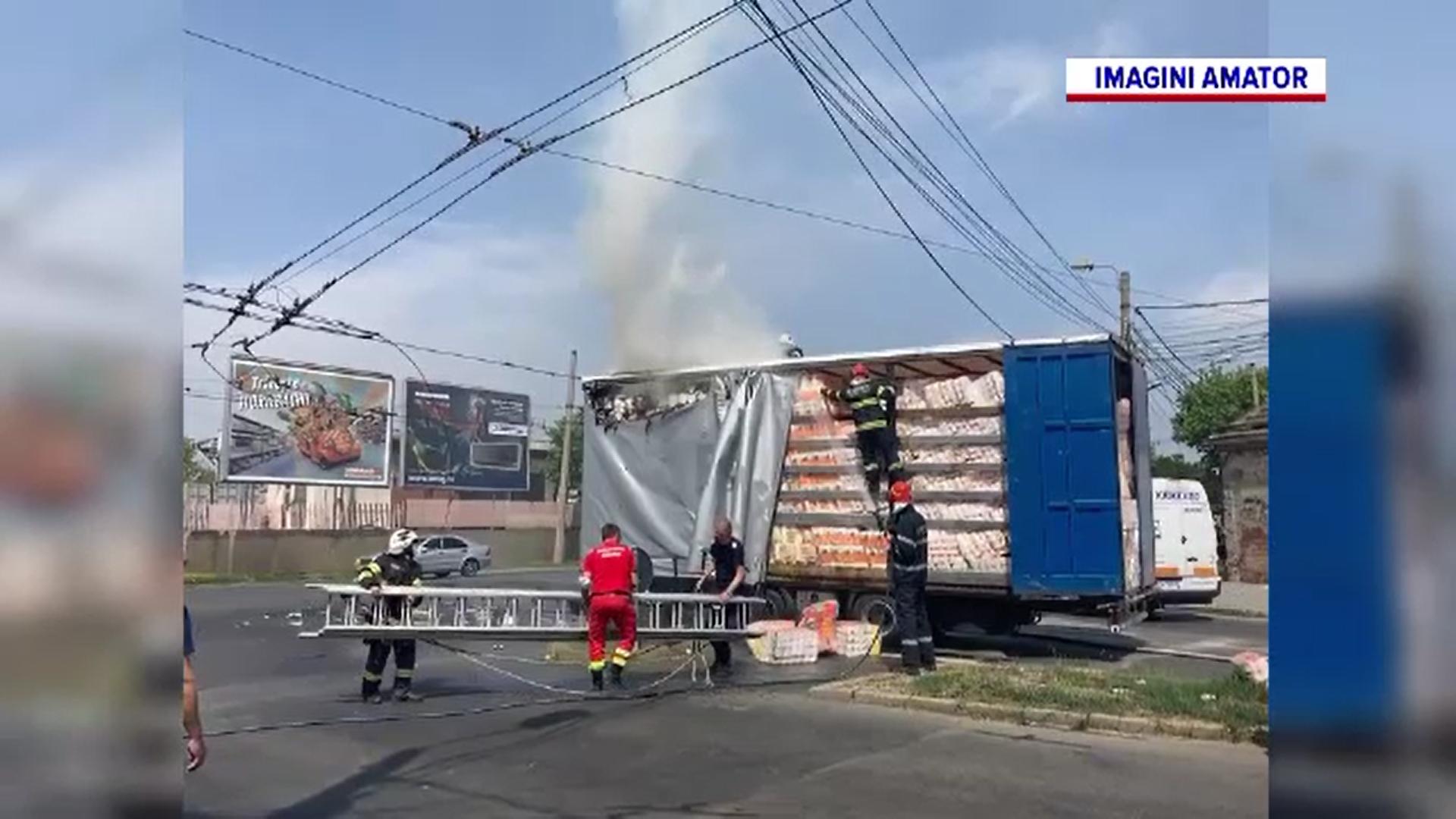 Remorca unui TIR care transporta hârtie igienică și șervețele a luat foc la Timișoara
