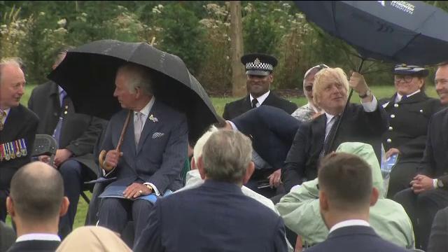 Premierul britanic a fost pus în dificultate de o umbrelă