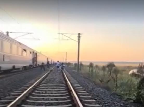 După ce a pus un jurnalist să găsească soluții pentru oamenii rămași cu trenul în câmp, directorul CFR revine cu explicații