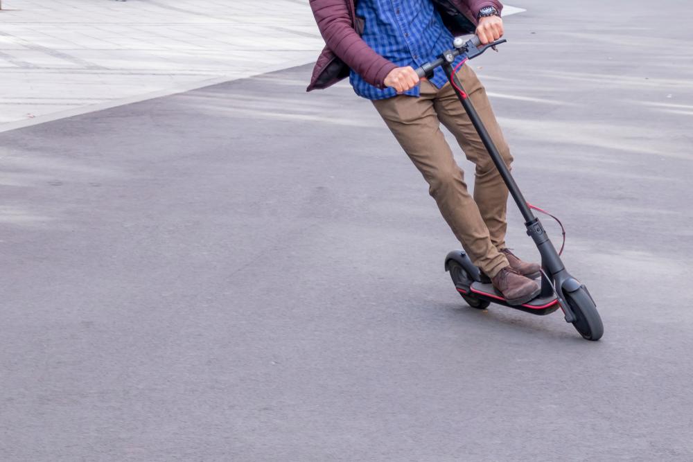 Trotinetele electrice nu mai pot circula pe trotuar. Conducătorii vor avea reglementări similare bicicliştilor