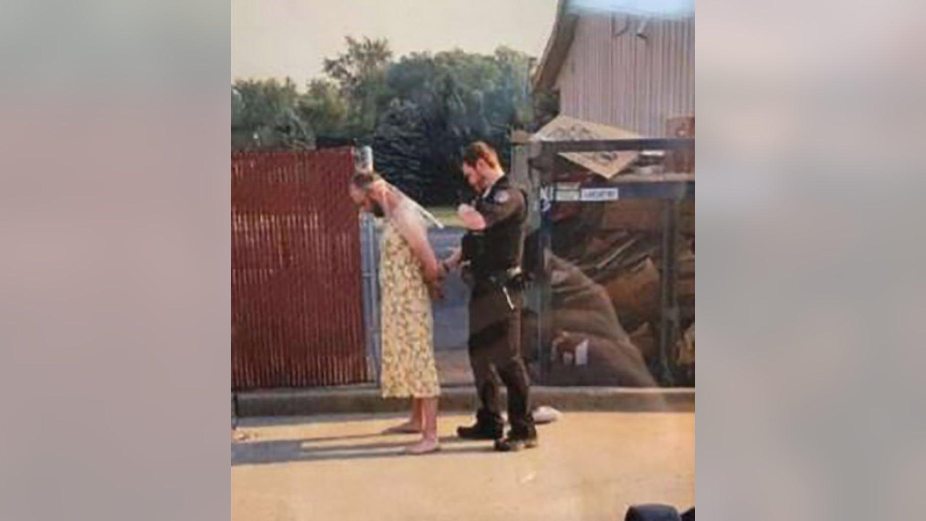 Un bărbat într-o rochie a furat un autobuz școlar și apoi a distrus casa fostei soții cu un excavator. FOTO