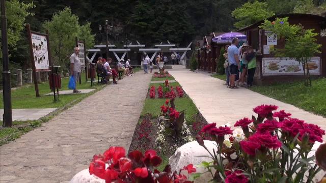 """""""Perla Moldovei"""" s-a reinventat. Tot mai mulți turiști redescoperă Slănic Moldova"""