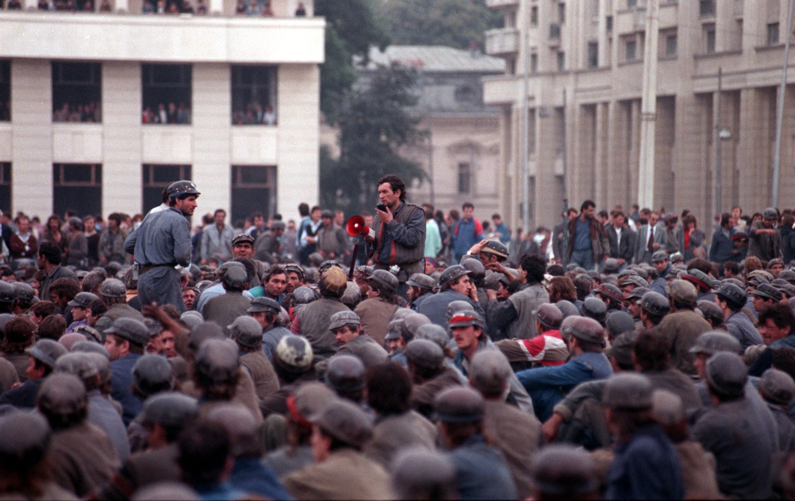 Romania, te iubesc! 1996-2000: Mineriade si Papa in Romania