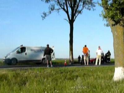 Impact violent intre un microbuz si un autoturism, pe DN79: un mort, un ranit si trafic blocat