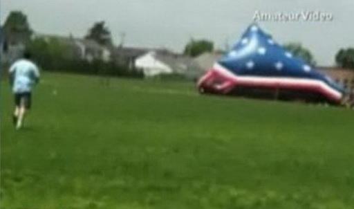 VICEO. Au zurat cu un tobogan gonflabil care a aterizat peste o gramada de copii