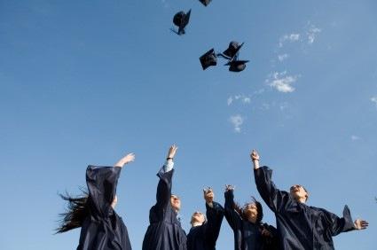 """Festivitatea de absolvire a liceului, cu restricții de pandemie. """"Anii de liceu nu se mai întorc, facultăți mai faci"""""""