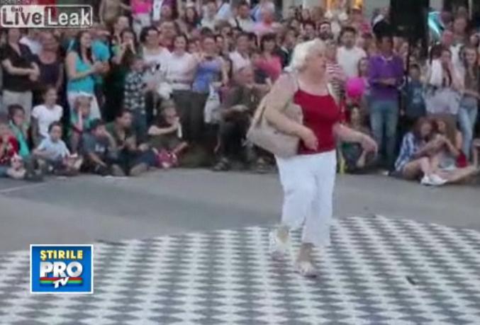 Cea mai tare batranica. A luat faţa unei trupe de dansatori chiar in timpul show-ului. VIDEO