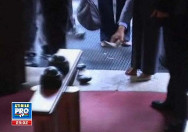 Cenusareasa. Condoleezza Rice a ramas desculta in Budapesta. VIDEO