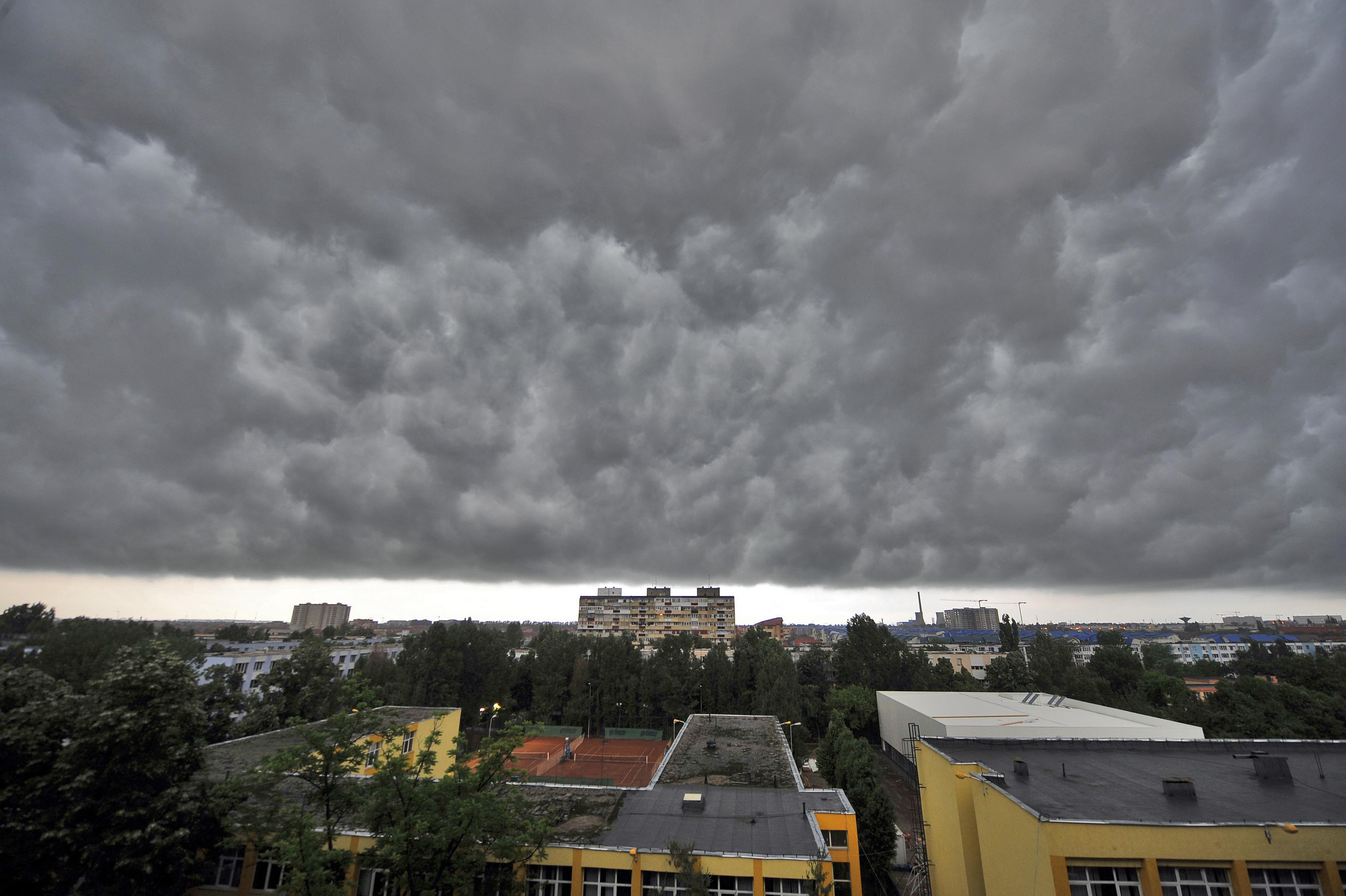 Avertizare meteo de ploi torentiale, vant si ninsori pana vineri dimineata. Zonele afectate