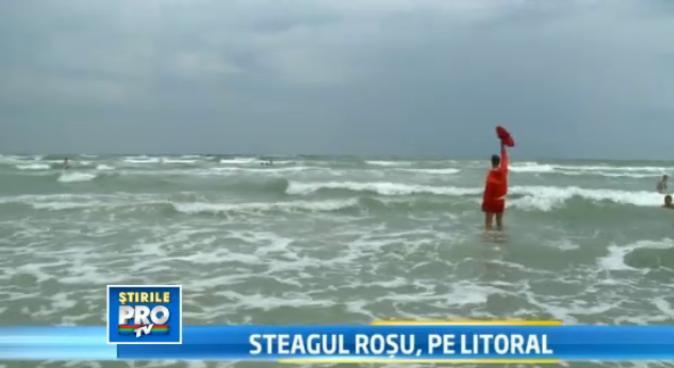Steagul rosu arborat de salvamari pe litoral. Valurile periculoase au bagat un barbat in spital