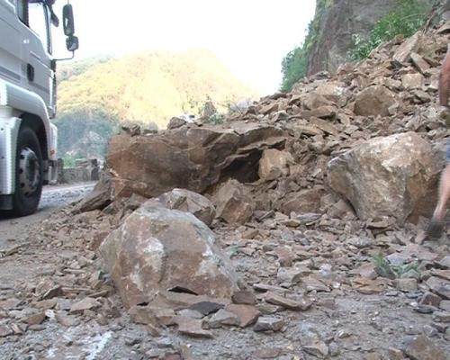Pericol pe Valea Oltului. Un barbat, ranit dupa ce masina lui a fost lovita de pietre de pe versanti