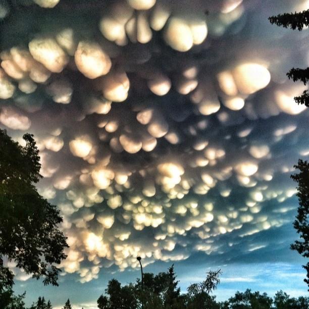 Fenomen meteo rar in Canada. Pe cerul unui oras au aparut