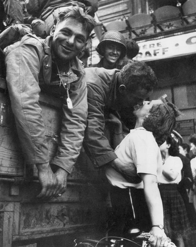 Adevarul tragic ascuns in spatele acestor poze. Cum i-au inlocuit americanii pe nazisti in Franta