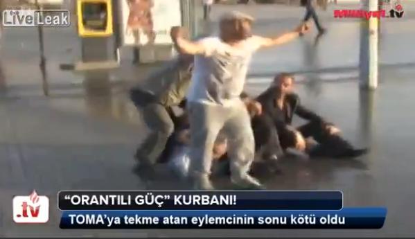 Imaginea zilei in Turcia. Un protestatar e facut KO de tunul cu apa al politistilor. VIDEO