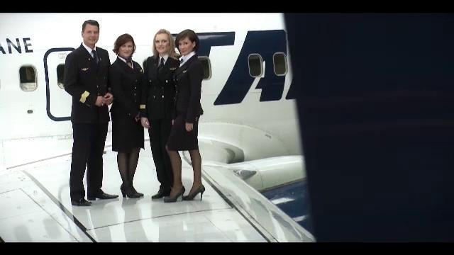 VIDEO. Cat castiga o stewardesa si un pilot de avion de la Tarom