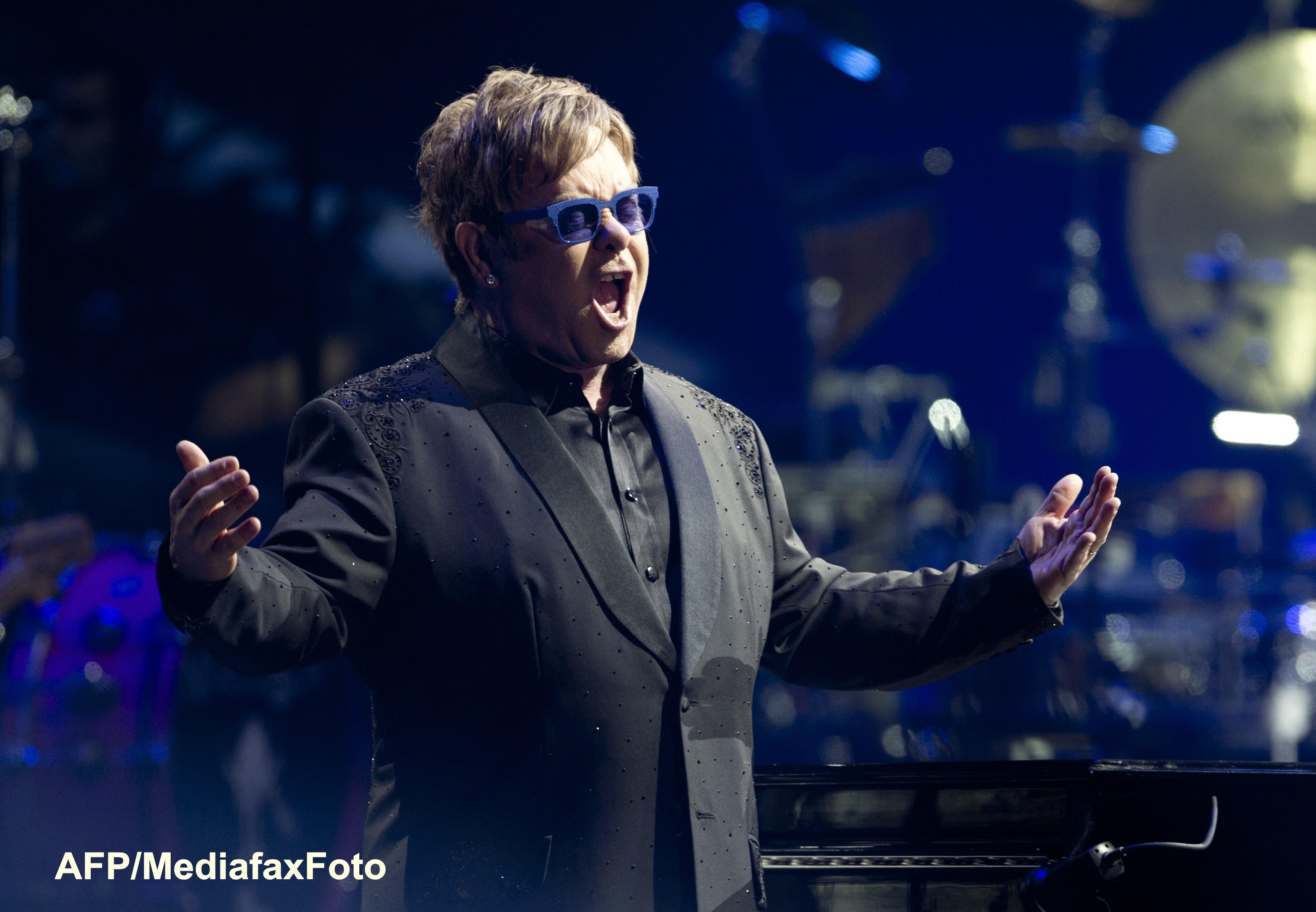 Gafa de zile mari a lui Elton John. Momentul in care cade cu un scaun sub privirile amuzate a mii de spectatori. VIDEO