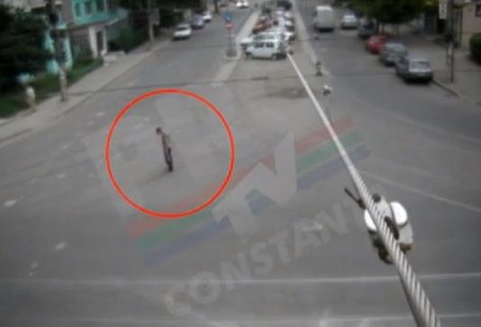 Momentul in care un betiv adoarme in picioare in mijlocul unei intersectii din Braila. VIDEO