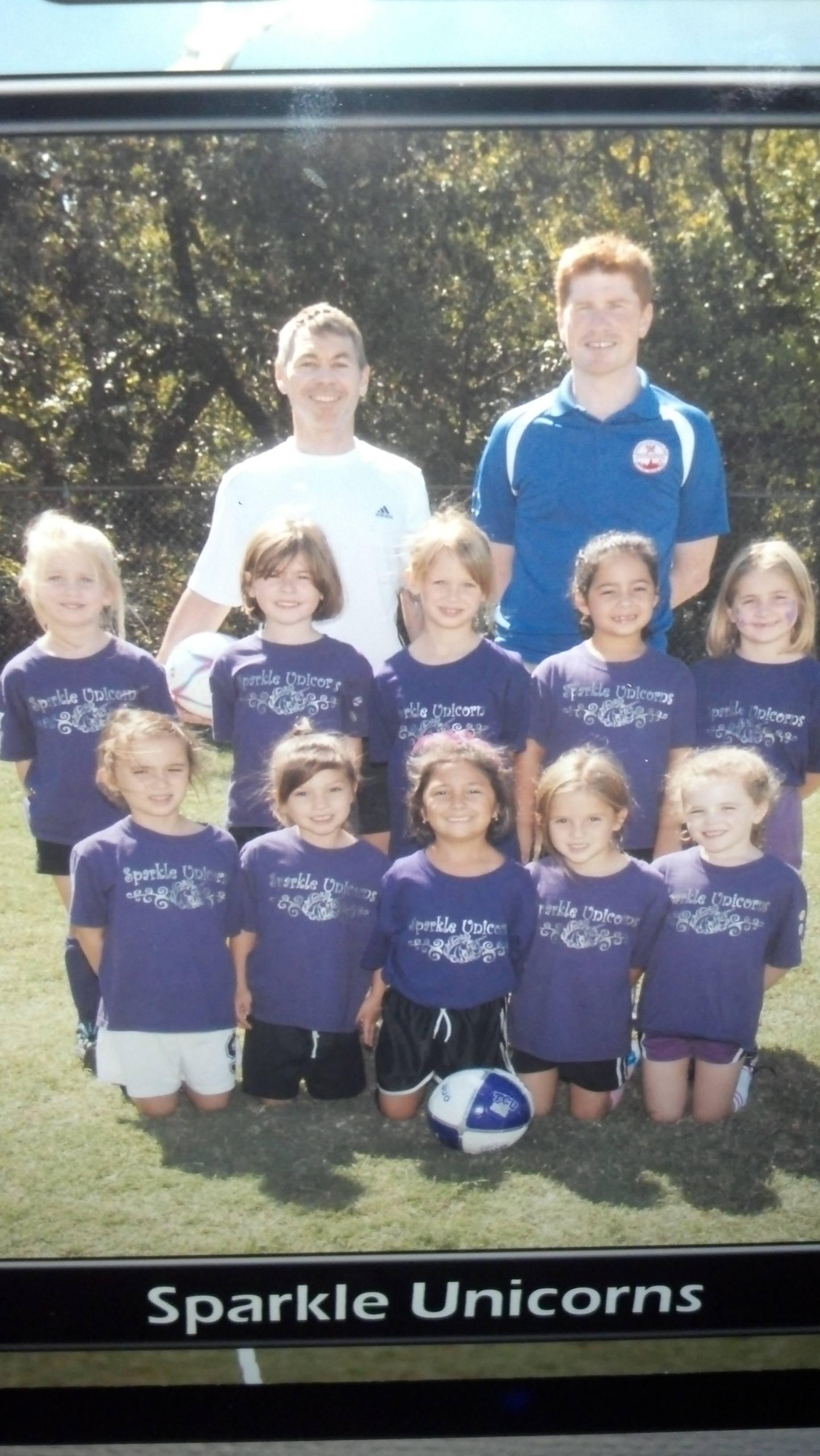 Si-au facut o echipa de fotbal de fete si le-au lasat sa-si aleaga numele. Ce si-au pus pe tricouri