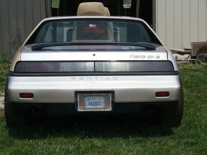 Din spate, arata ca un Pontiac adevarat. Cum si-a transformat proprietarul aceasta masina din fata